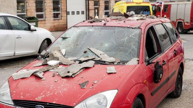 Gyõr, 2017. május 5. Épülettörmeléktõl megrongálódott autó egy gyõri lakatosüzemnél 2017. május 5-én, miután az épületben robbanás történt. A detonációtól az épület egyharmada összedõlt, egy ember megsérült, a mentõk kórházba vitték. MTI Fotó: Krizsán Csaba
