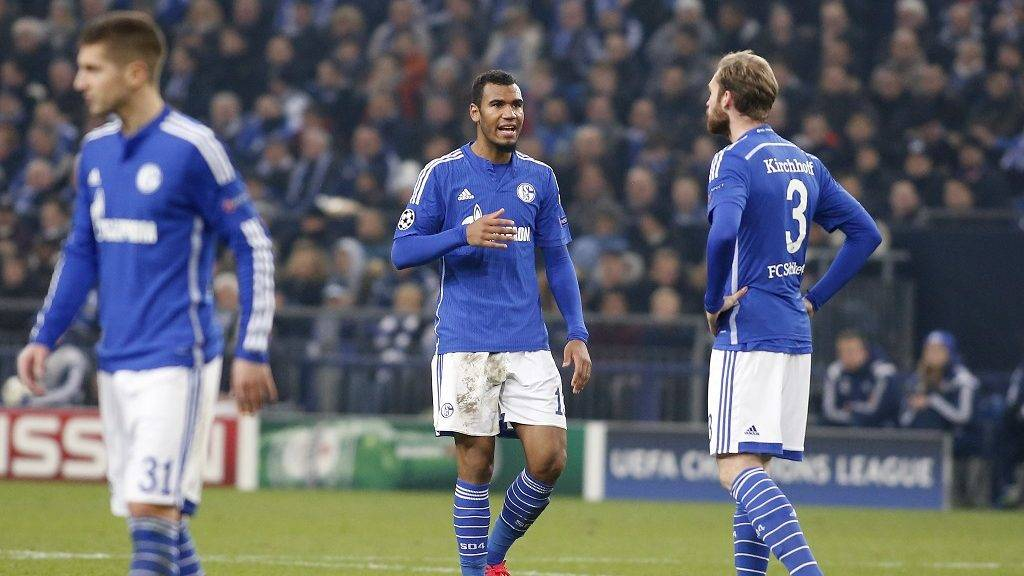 Schalkes Eric Maxim Choupo-Moting (M) and teammates are disappointed during the Champions League match between FC Schalke 04 and Real Madrid, Veltins Arena in Gelsenkirchen on February 18., 2015.