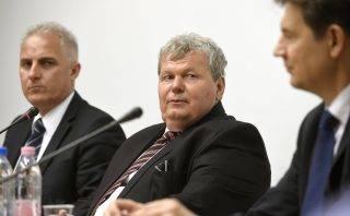 Budapest, 2017. május 8. Süli János, a Paksi atomerõmû két új blokkjának tervezéséért, megépítéséért és üzembe helyezéséért felelõs tárca nélküli miniszter sajtótájékoztatót tart az Igazságügyi Minisztériumban 2017. május 8-án. Mellette Mittler István, az MVM Paks II. Zrt kommunikációs igazgatója (b) és Aszódi Attila, a paksi atomerõmû teljesítmnyének fenntartásáért felelõs kormánybiztos. MTI Fotó: Bruzák Noémi