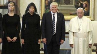Vatikánváros, 2017. május 24. Ferenc pápa (j) magánkihallgatáson fogadja Donald Trump amerikai elnököt (j2) és feleségét, Melania Trumpot, valamint az elnök lányát, Ivanka Trumpot (b) a Vatikánban 2017. május 24-én. (MTI/APpool/Evan Vucci)