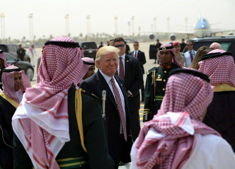 US President Donald Trump (C) makes his way to board Air Force One in Riyadh as he head with the First Lady to Israel on May 22, 2017. / AFP PHOTO / MANDEL NGAN