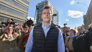 Russian opposition leader Alexei Navalny takes part in a protest in Moscow on May 14, 2017, against the city's controversial plan to knock down Soviet-era apartment blocks and redevelop the old neighbourhoods. The unprecedented measure announced in February by Moscow mayor Sergei Sobyanin has led to an outcry as many residents say the programme is a ploy to funnel state funds into construction companies while moving them to housing with lower market value.  / AFP PHOTO / Ivan VODOPYANOV