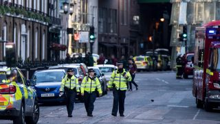 Police officers and emergency response vehicles are seen on the street outside Borough Market on June 04, 2017 the morning after a terror attack on London Bridge and the Borough area in London.  Six people have been reportedly killed and three terror suspects shot dead by police following the attack on the evening on June 03, 2017. / AFP PHOTO / CHRIS J RATCLIFFE