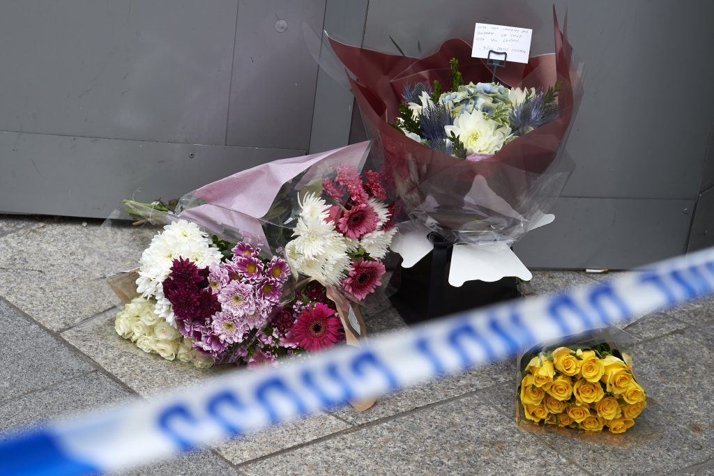 Flowers are laid by the police cordon outside The Shard in the London Bridge quarter in London on June 4, 2017, as a tribute to the victims of the June 3 terror attack. Seven people were killed in a terror attack on Saturday by three assailants on London Bridge and in the bustling Borough Market nightlife district, the chief of London's police force said on Sunday. / AFP PHOTO / NIKLAS HALLE'N
