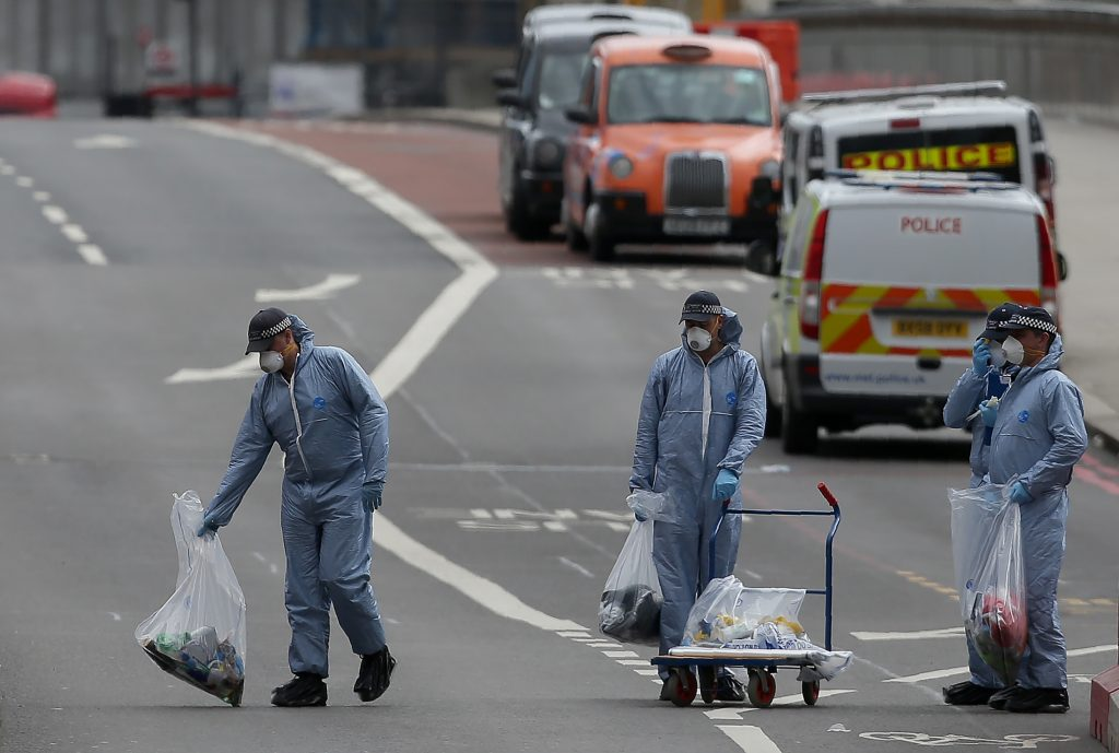 Police forensic officers work on London Bridge in London on June 4, 2017, as police continue their investigations following the June 3 terror attack. Seven people were killed in a terror attack on Saturday by three assailants on London Bridge and in the bustling Borough Market nightlife district, the chief of London's police force said on Sunday. / AFP PHOTO / Daniel LEAL-OLIVAS