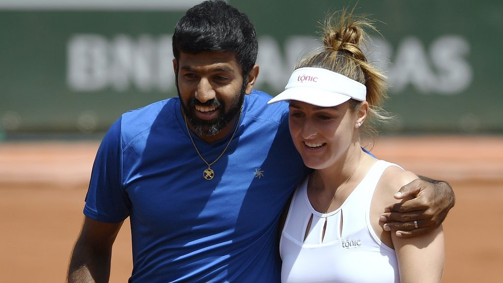 India's Rohan Bopanna (L) and Canada's Gabriela Dabrowski celebrate after winning their mixed doubles tennis match against Colombia's Robert Farah and Germany's Anna-Lena Groenefeld at the Roland Garros 2017 French Open on June 8, 2017 in Paris.  / AFP PHOTO / Eric FEFERBERG