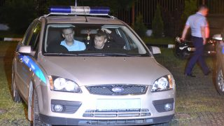 Russian opposition leader Alexei Navalny is seen inside a police car after a hearing in a court in Moscow, early on June 13, 2017, Navalny was arrested outside his home in Moscow earlier on 12 June on his way to an anti-corruption protest in the city centre. Navalny was sentenced to 30 days in prison for calling unauthorized demonstrations held throughout Russia.  / AFP PHOTO / VASILY MAXIMOV