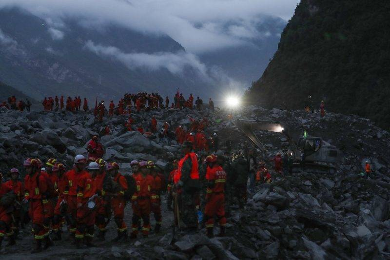 (170624) -- MAOXIAN, June 24, 2017 (Xinhua) -- Rescuers work at the accident site after a landslide occurred in Xinmo Village of Maoxian County, Tibetan and Qiang Autonomous Prefecture of Aba, southwest China's Sichuan Province, June 24, 2017. Fifteen people have been confirmed dead in the landslide in Sichuan early Saturday that buried more than 120 people from 62 homes. (Xinhua/Jiang Hongjing)(zkr)