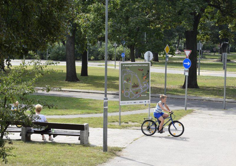 Budapest, 2016. szeptember 4. Egy kisfiú kerékpározik a városligeti KRESZ parkban. MTVA/Bizományosi: Róka László  *************************** Kedves Felhasználó! Ez a fotó nem a Duna Médiaszolgáltató Zrt./MTI által készített és kiadott fényképfelvétel, így harmadik személy által támasztott bárminemû – különösen szerzõi jogi, szomszédos jogi és személyiségi jogi – igényért a fotó készítõje közvetlenül maga áll helyt, az MTVA felelõssége e körben kizárt.