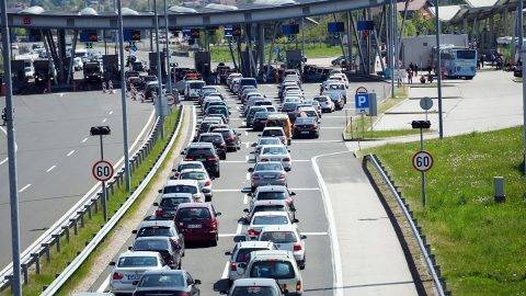 Cars queue in line at the Croatian border with Slovenia in Bregana, near Zagreb on April  14, 2017 as new checks aimed at stopping suspected Islamist fighters from Iraq and Syria, produced traffic chaos on the border, a key bottleneck on the so-called Balkan migrant trail shut down last year. / AFP PHOTO / -