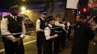 London, 2017. június 19. Rendõrök állnak sorfalat a Finsbury Park közelében, ahol furgon gázolt el gyalogosokat a brit fõváros, London északi részén, a Seven Sisters Roadnál 2017. június 19-én. A jármû a közelben lévõ mecsetbõl távozó tömegbe hajtott. A rendõrség tájékoztatása szerint egy embert õrizetbe vettek, a sérülteket kórházban ápolják. (MTI/EPA/Facundo Arrizabalaga)            Policemen stand by a police cordon near Finsbury Park, after a van collision incident in north London, Britain, 19 June 2017. According to the Metropolitan Police Service, police responded on 19 June, to reports of a major incident where a vehicle collided with pedestrians in Seven Sisters Road, in north London. One person has been arrested, police added. A number of ambulance crews and specialist teams have been sent to the scene where a number of casualties was confirmed. The Muslim Council of Britain (MCB) commented on the incident saying that a van has run over worshippers outside the Muslim Welfare House (MWH), near the Finsbury Park Mosque. British Prime Minister Theresa May described the attack as a 'terrible incident.'  EPA/FACUNDO ARRIZABALAGA