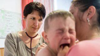Csíkcsicsó, 2017. május 18. Márai Katalin gyermekgyógyász helyi gyerekeket vizsgál a romániai Csíkcsicsó iskolájában 2017. május 18-án. A Nemzetközi Gyermekmentõ Szolgálat önkéntes orvosai évente kétszer utaznak hagyományos vizsgálati körútjukra Erdélybe, ahol rászoruló gyermekek egészségügyi szûrését, vizsgálatát és kezelését végzik. MTI Fotó: Veres Nándor