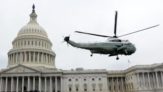 The helicopter carrying former US President Barack Obama and MIchelle Obama departs the US Capitol after inauguration ceremonies on January 20, 2017 in Washington, DC. / AFP PHOTO / ROBYN BECK