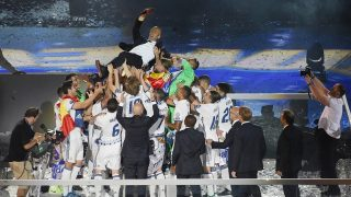 Madrid, 2017. június 5. A Real Madrid játékosai a levegõbe dobálják vezetõedzõjüket, Zinedine Zidane-t a madridi Santiago Bernabeu Stadionban, ahol a csapat és szurkolói együtt ünnepelnek 2017. június 4-én. Az elõzõ nap a Real gyõzött a Juventus ellen a labdarúgó Bajnokok Ligájának cardiffi döntõjében. (MTI/EPA/Fernando Villar)