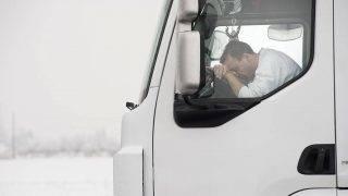 Záhony, 2011. február 1.Az elmondása szerint 2011. január 31-e délután óta várakozó Kiss László kamionsofőr alszik járműve fülkéjében a záhonyi határátkelőhely előtt. A hivatalos közlemények szerint változatlanul 20 óra, míg a helyszínről származó információk szerint ennek akár a többszöröse is lehet a várakozási ideje az Ukrajnába tartó kamionoknak a Záhony és Csap közötti határállomáson. A járművek több kilométer hosszúságban torlódtak fel. A Magyar Vöröskereszt teát és kekszet oszt a sofőröknek, illetve mobil vécéket is kihelyeztek.MTI Fotó: Balázs Attila