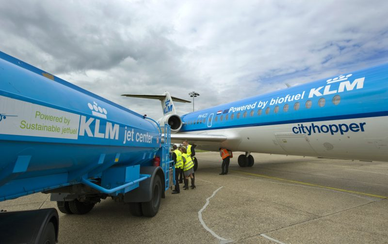 "Staff prepare the KLM Fokker 70 cityhopper airplane and fill it with biofuel, in Schiphol, on August 31, 2011. Dutch airline KLM announced that it will use a biofuel generated from used cooking oil to power more than 200 commercial flights between Paris and Amsterdam starting in September. ""There will be 50 percent traditional kerosene and 50 percent biofuel extracted from used cooking oil,"" KLM spokesman Gedi Schrijver told AFP, adding that KLM is the first airline to use this type of fuel in commercial flights.  AFP PHOTO / ANP / MARCEL ANTONISSE  ***Netherlands out - Belgium out*** / AFP PHOTO / ANP / MARCEL ANTONISSE"