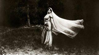 Portrait de Margaretha Geertruida Zelle, dite Mata Hari (Mata-Hari, 1876-1917), danseuse et espionne hollandaise, dansant. Photographie du debut du 20eme siecle. Collection particuliere