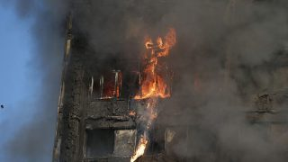 """Fire rips through Grenfell Tower as firefighters attempt to control a huge blaze on June 14, 2017 in west London. The massive fire ripped through the 27-storey apartment block in west London in the early hours of Wednesday, trapping residents inside as 200 firefighters battled the blaze. Police and fire services attempted to evacuate the concrete block and said """"a number of people are being treated for a range of injuries"""", including at least two for smoke inhalation.   / AFP PHOTO / Daniel LEAL-OLIVAS"""
