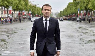 Párizs, 2017. május 14.Emmanuel Macron új francia államfő gyalog érkezik az ismeretlen katona sírjának koszorúzására a párizsi Diadalívhez, miután Laurent Fabius, az alkotmánytanács elnöke beiktatta hivatalába 2017. május 14-én. (MTI/EPA pool/Alain Jocard)