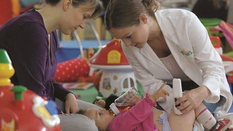 Hautfeuchtigkeitstest: Produkt-Forscher untersuchen den Feuchtigkeitsgehalt der Haut im Windelbereich, um herauszufinden, wie gut die Pampers Windel die empfindliche Babyhaut trocken hält.