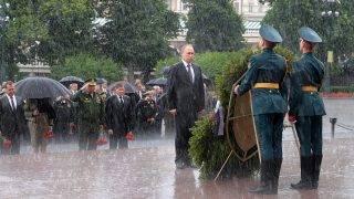 Moszkva, 2017. június 22. Vlagyimir Putyin orosz elnök koszorúzási ünnepségen vesz részt az ismeretlen katona sírjánál a Kreml nyugati falánál lévő Sándor-kertben, Moszkvában 2017. június 22-én, a Szovjetunió elleni náci német támadás megindításának 76. évfordulóján. (MTI/EPApool/Kreml/Szputnyik/Alekszej Druzsinyin)