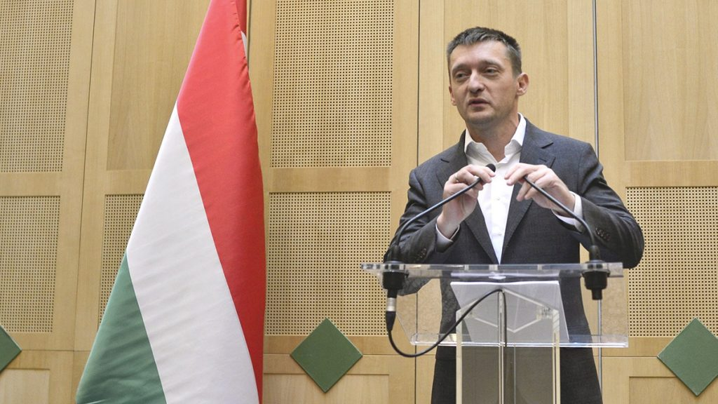 Budapest, 2016. október 27.Rogán Antal, a Miniszterelnöki Kabinetirodát vezető miniszter sajtótájékoztatót tart hivatalában Egy bírósági tárgyalás elé címmel 2016. október 27-én.MTI Fotó: Marjai János