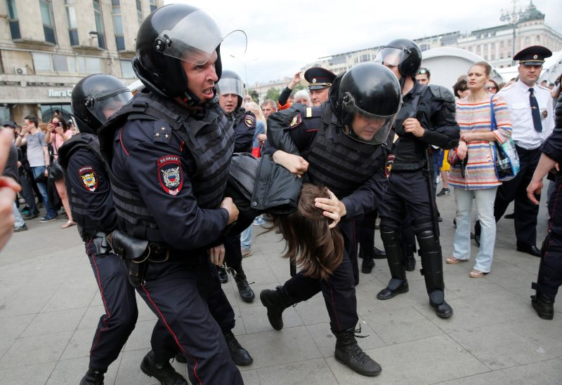 Russian police officers detain participants of an unauthorized opposition rally in Tverskaya street in central Moscow on June 12, 2017.  Authorities have detained Russian opposition politician Alexei Navalny and hundreds of his supporters, as they mounted demonstrations across the nation against government corruption.  / AFP PHOTO / Maxim ZMEYEV