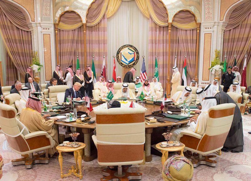 Rijád, 2017. május 21.A Szaúdi Sajtóügynökség (SPA) által közreadott képen tanácskoznak az Öböl-menti Együttműködési Tanács ülésén részt vevő politikusok Rijádban 2017. május 21-én. Balról a harmadik Donald Trump amerikai elnök. Trump első hivatalos külföldi körútja során előző nap érkezett Szaúd-Arábiába. (MTI/EPA/Szaúdi Sajtóügynökség)