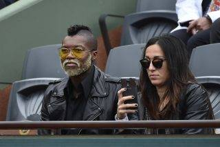 Former French football player Djibril Cisse watches the match between Czech Republic's Tomas Berdych and France's Jo-Wilfried Tsonga during the men's fourth round at the Roland Garros 2015 French Tennis Open in Paris on May 31, 2015.         AFP PHOTO / DOMINIQUE FAGET / AFP PHOTO / DOMINIQUE FAGET
