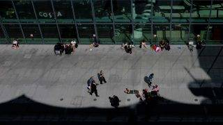 Travellers stranded outside the entrances of Heathrow Airport Terminal 5 after British Airways flights were cancelled are seen at Heathrow Airport in west London on May 27, 2017.   British Airways said May 27 that it had cancelled all its flights out of major London airports Heathrow and Gatwick after an IT systems failure, warning people not to travel to the congested hubs. People outside the entrances said that they are not being allowed to enter the terminal.  / AFP PHOTO / Daniel Leal-Olivas