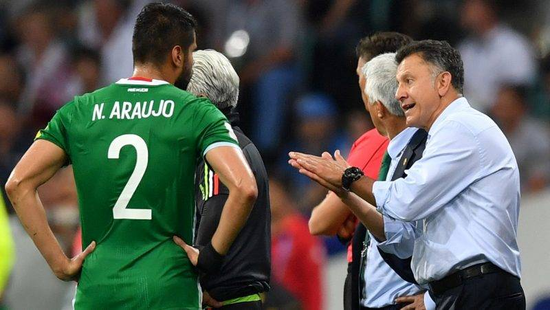 Mexico's Colombian coach Juan Carlos Osorio speaks with Mexico's defender Nestor Araujo during the 2017 Confederations Cup semi-final football match between Germany and Mexico at the Fisht Stadium in Sochi on June 29, 2017. / AFP PHOTO / Yuri CORTEZ