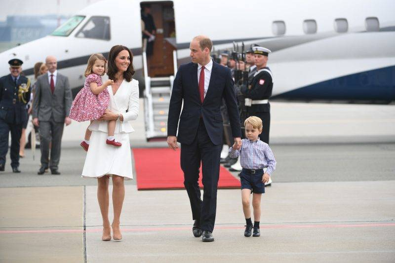 Britain's Prince William, Duke of Cambridge (R) and his wife Kate, Duchess of Cambridge (L) with their children Prince George and Princess Charlotte arrive at the airport in Warsaw, Poland, on July 17, 2017. The Duke and Duchess of Cambridge are on a first official visit to Poland. / AFP PHOTO / PAP / BARTLOMIEJ ZBOROWSKI