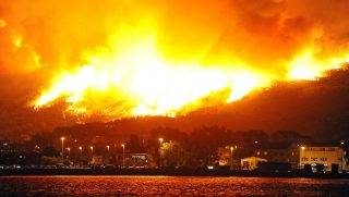 Smoke and flames rise from a fire in the village of Podstrana, near the Adriatic coastal town of Split, early on July 18, 2017.   Montenegro asked on July 17 for international help to fight wildfires in the Lustica peninsula on the country's Adriatic coast, while forest fires in neighbouring Croatia spread to suburbs of the coastal city of Split / AFP PHOTO / STR