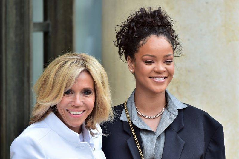 Brigitte Macron (L), wife of the French president, poses with Barbadian musician and Global Ambassador for the Global Partnership for Education Rihanna as she welcomes her at the Elysee Palace in Paris on July 26, 2017.  Rihanna is the founder of the Clara Lionel Foundation campaigning for education rights in impoverished communities worldwide. / AFP PHOTO / CHRISTOPHE ARCHAMBAULT