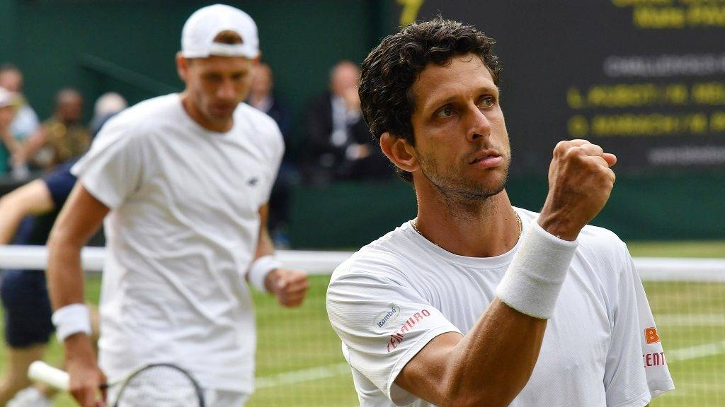 Lukasz Kubot of Poland (L) and Marcelo Melo of Brazil react after scoring during the gentlemen's doubles final of the Wimbledon tennis tournament against Oliver Marach of Austria and Mate Pavic of Croatia at All England Tennis Club in London on July 15, 2017. Kubot and Melo grabbed the championship.  ( The Yomiuri Shimbun )