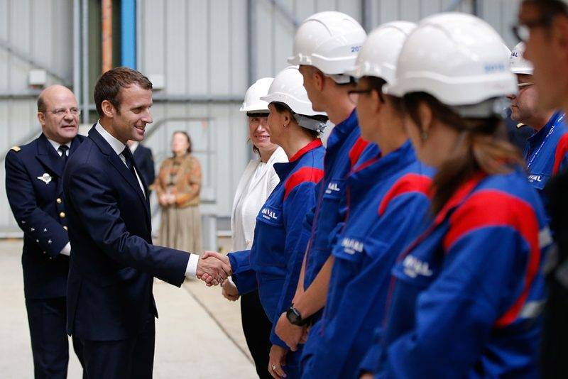 French President Emmanuel Macron shakes hands with employees during a visit to the Ile Longue Defence unit, a submarine navy base, in Crozon, near Brest, western France, on July 4, 2017 / AFP PHOTO / X02520 / STEPHANE MAHE