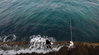 Bejrút, 2016. november 20.Két férfi horgászik a bejrúti tengerparton 2016. november 20-án. (MTI/EPA/Vael Hamzeh)