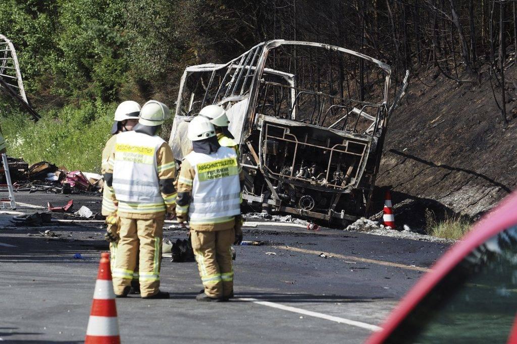 Münchberg, 2017. június 3. Autóbusz kiégett roncsa mellett mentõk az A9-es autópályán 2017. július 3-án, miután a jármû kamionba rohant, majd kigyulladt a bajorországi Münchberg közelében. Tizenhét ember sorsa ismeretlen, harmincegy megsérült. (MTI/AP/DPA/Nicolas Armer)