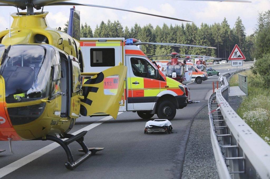 Münchberg, 2017. június 3. Mentõk az A9-es autópályán 2017. július 3-án, miután egy autóbusz kamionba rohant, majd kigyulladt a bajorországi Münchberg közelében. Tizenhét ember sorsa ismeretlen, harmincegy megsérült. (MTI/AP/DPA/News5/Fricke)