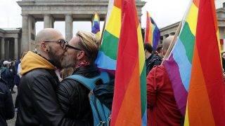 Berlin, 2017. június 30.A homoszexualitást jelképező szivárványszínű zászlókkal ünnepelnek a berlini Brandenburgi-kapunál, miután a német parlament megszavazta az egyneműek házasságkötésének engedélyezését Berlinben 2017. június 30-án. (MTI/EPA/Felipe Trueba)