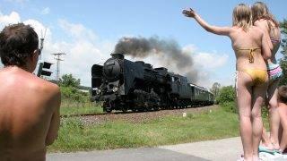 Balatonszepezd, 2009. június 27.Gyermekek integetnek a Magyar Államvasutak Zrt. (MÁV) nosztalgiavonatának, amelyet a 424-es gőzmozdony vontat Balatonszepezden. A MÁV 1909. július 1-jén indította meg a vasúti forgalmat a Balaton északi partján. A százéves évforduló alkalmából a vasúttársaság ünnepségsorozatot rendezett a vonal jelentősebb állomásain.MTI Fotó: Nagy Lajos
