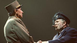 """les comédiens Jacques Boudet (G) et Robert Hardy  interprètent De Gaule et Churchill, le 27 septembre 1999 à Paris, lors d'une répétition du nouveau spectacle théâtral de Robert Hossein, """"1940-1945 De gaule, celui qui a dit non"""" qui se jouera au Palais des Congrès, du 1er octobre au 6 février. / AFP PHOTO / THOMAS COEX"""