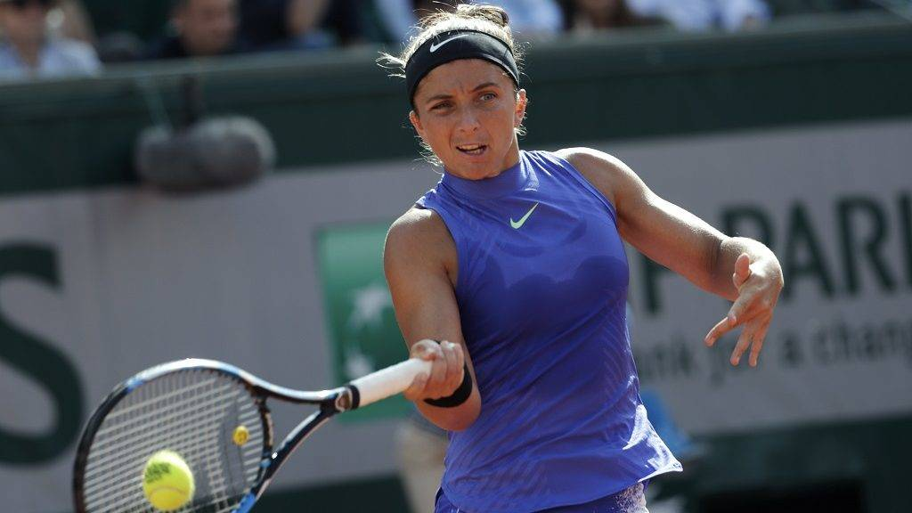 Italy's Sara Errani returns the ball to France's Kristina Mladenovic during their tennis match at the Roland Garros 2017 French Open on May 31, 2017 in Paris.  / AFP PHOTO / Thomas SAMSON