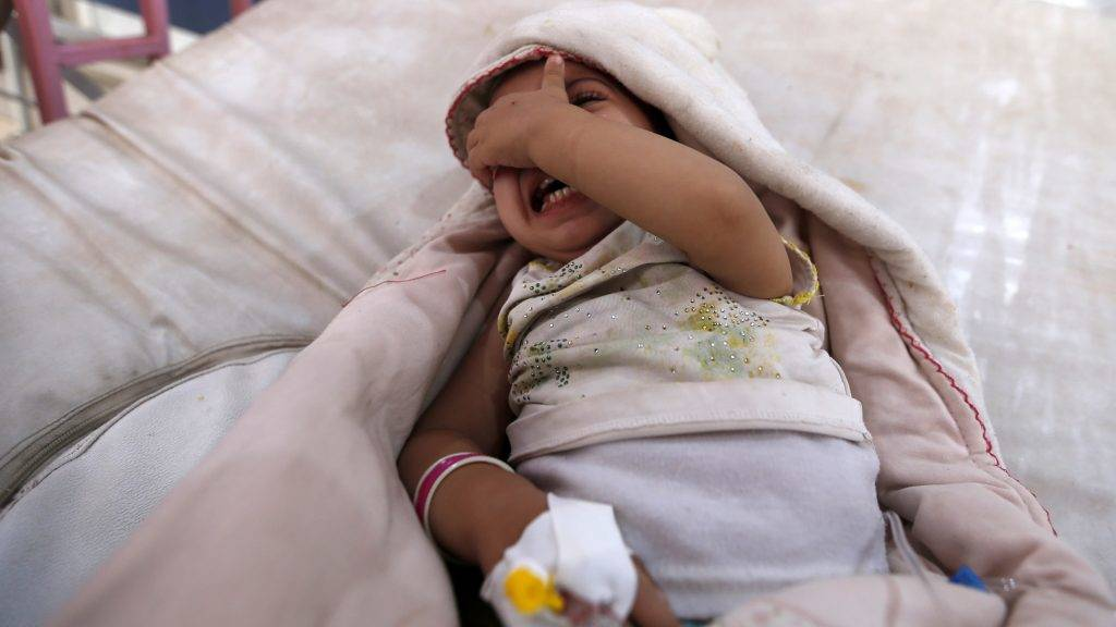 A yemeni child, who is suspected of being infected with cholera, cries at a hospital in the capital Sanaa, on August 12, 2017. A cholera outbreak has claimed the lives of some 2,000 Yemenis in less than four months. / AFP PHOTO / Mohammed HUWAIS