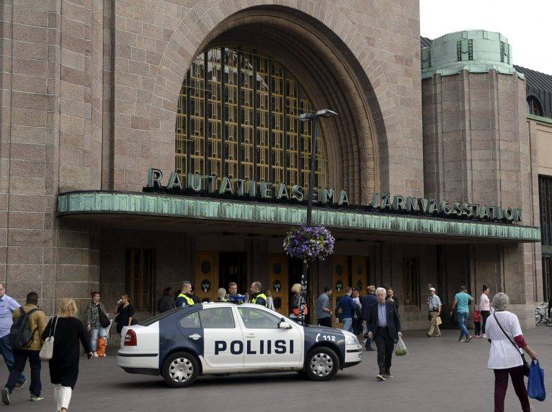 Finnish police patrols in front of the Cenral Railway Station in Helsinki, on August 18, 2017. Several people were stabbed in the southwestern Finnish city of Turku on Friday, police said after shooting and arresting a suspect.  / AFP PHOTO / Lehtikuva / Linda Manner / Finland OUT