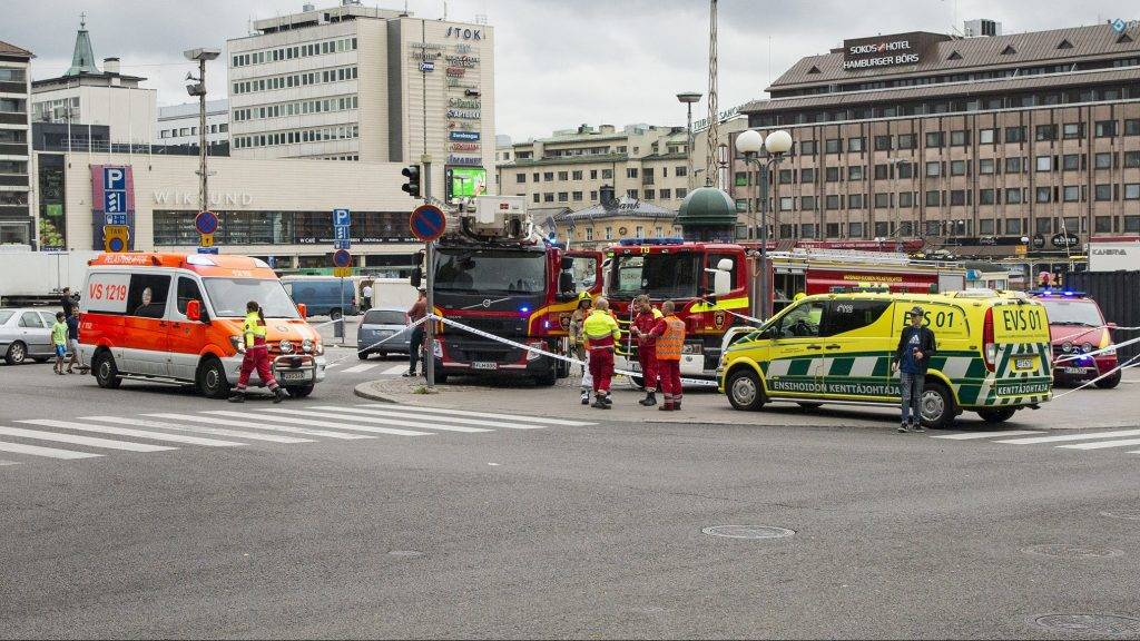 Rescue personnel have cordoned off the area at the Turku Market Square in the Finnish city of Turku where several people were stabbed on August 18, 2017. One person was killed and eight were injured in a stabbing spree in the Finnish city of Turku, a hospital director said, after police shot one suspect and warned several others could be at large. / AFP PHOTO / Lehtikuva / Roni Lehti / Finland OUT