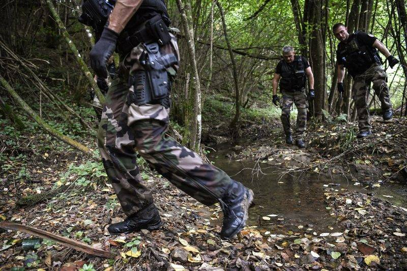 French gendarmes search through a forest in Pont-de-Beauvoisin on August 30, 2017 after the disappearance of a 9-year-old girl.  Police reinforcements arrived to take part in a fresh search of an area in the French Alps where a nine-year-old girl went missing during a family wedding at the weekend. Another 60 police joined teams on the ground searching around the village of Pont-de-Beauvoisin where Maelys de Araujo disappeared at 3:00 am (0100 GMT) on August 27. / AFP PHOTO / PHILIPPE DESMAZES