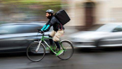 "Bicycle courier for the ""Deliveroo"" delivery service, Roberto Urso (29), on his way to deliver a customer's order in Berlin, Germany, 18 November 2015. PHOTO: GREGOR FISCHER/DPA"