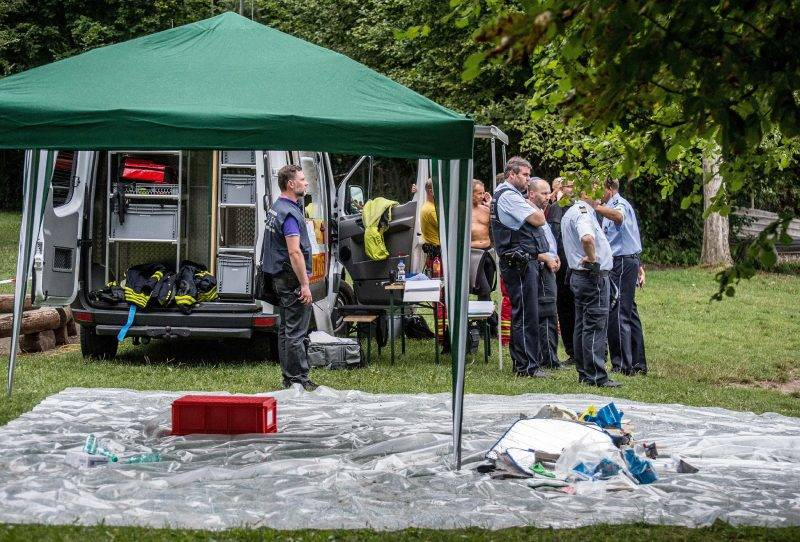 Members of the emergency services on the banks after a small plane crashed into Lake Constance, near Litzelstetten, Germany, 8August 2017. According to current information, the plane had two people on board. Photo: Sven Friebe/dpa