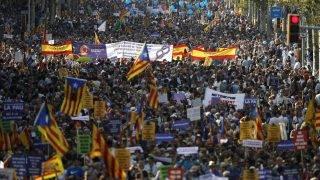 Barcelona, 2017. augusztus 26. A katalóniai gázolásos merényleteket elítélve, a terrorizmus ellen tüntetnek Barcelonában 2017. augusztus 26-án. Augusztus 17-én terroristák járókelõket gázoltak el Barcelonában, utána pedig az ugyancsak katalóniai Cambrilsban, a két támadásban tizenöt ember életét vesztette, több mint 150 megsebesült. (MTI/EPA/Alberto Estevez)